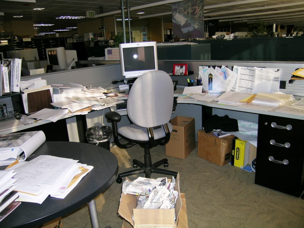 Photo Messy Corporate Office Desk